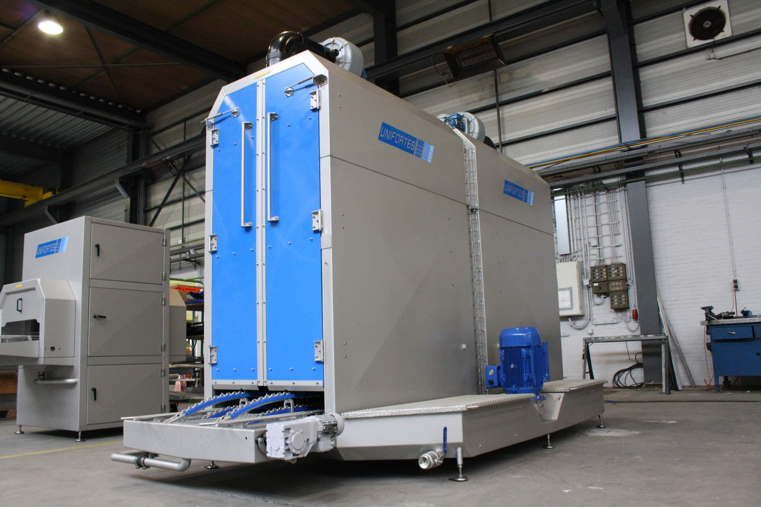 Industrial washer for cleaning trolleys