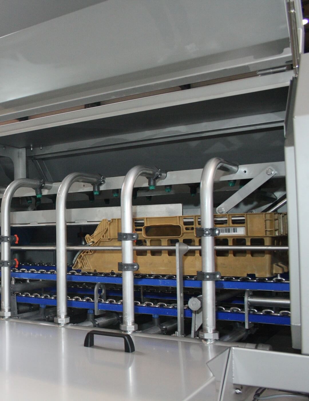 Industrial crate washer for cleaning bread crates