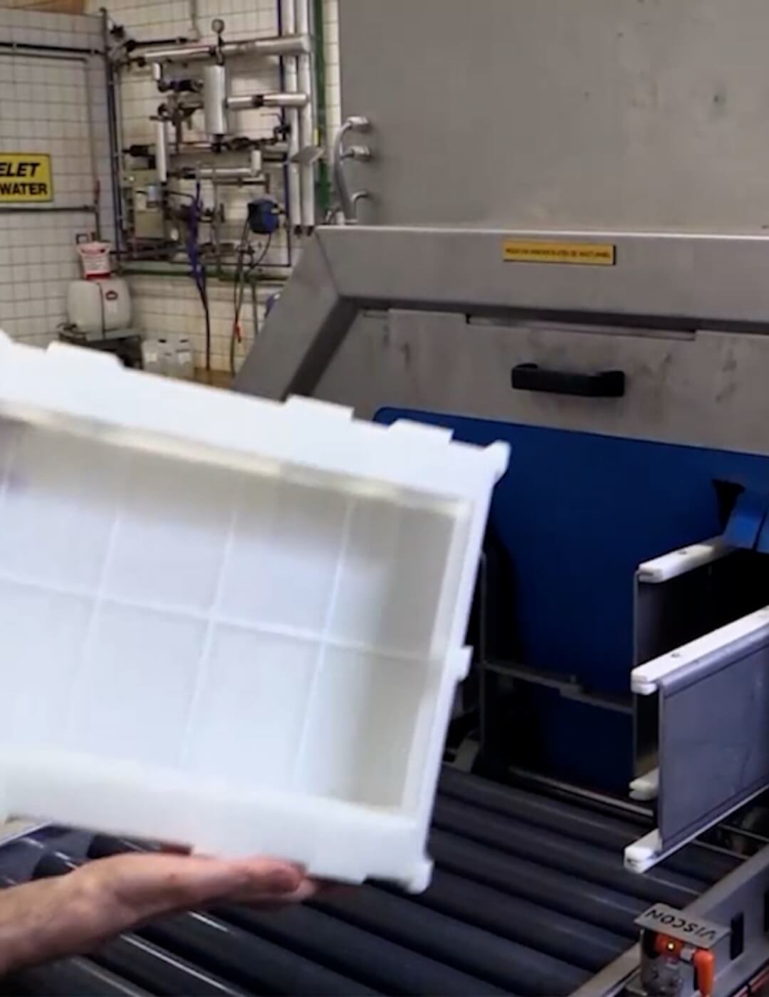 Industrial washer for cleaning and drying moulds