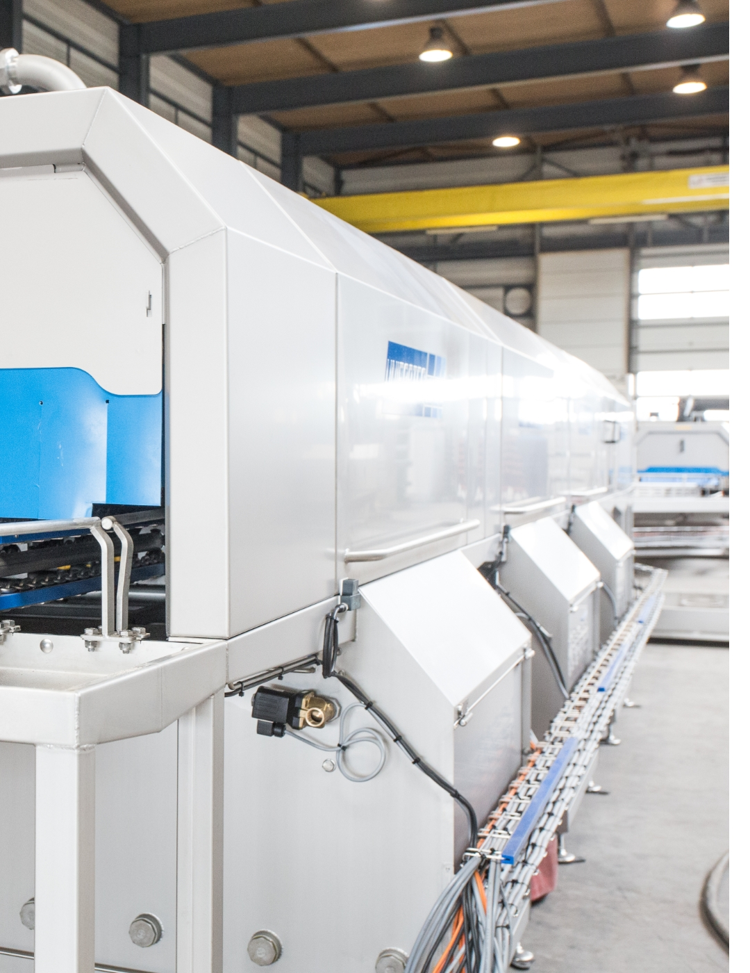 Washer for cleaning plastic product carriers in all sizes and variations